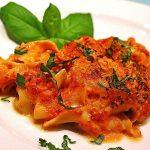 Bandnudelauflauf mit Putenfiletscheiben in Tomaten - Gorgonzola - Sauce und Mozzarella überbacken