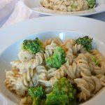 Bandnudeln mit Brokkoli in einer Käse - Sahnesoße