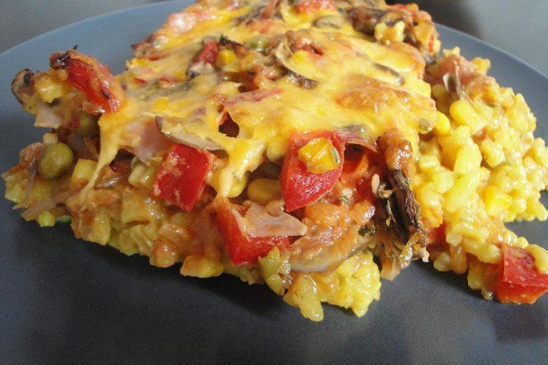 Bunter Gemüseauflauf mit Paprika, Champignons, Schinken und Reis