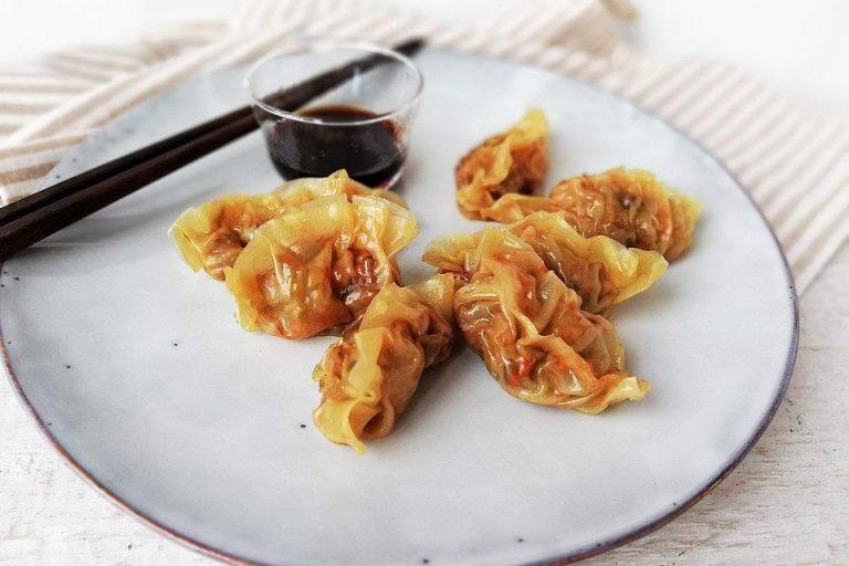 Chinesische Dumplings mit Spitzkohl und Pilzen