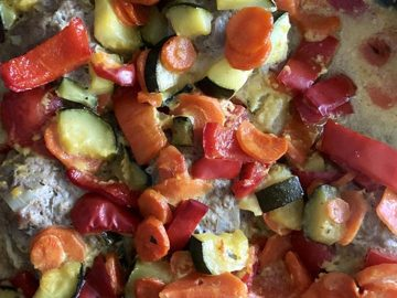 Curryhackbällchen mit Paprika, Zucchini und Karotten