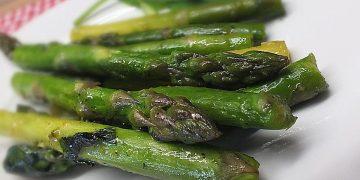 Grüner Spargel mit frischem Bärlauch aus der Pfanne