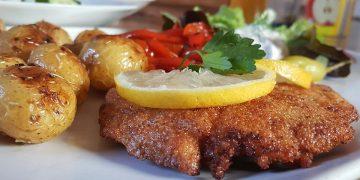 Hähnchen Cordon bleu mit Kartoffeln mediterrane Art und frischem Salat