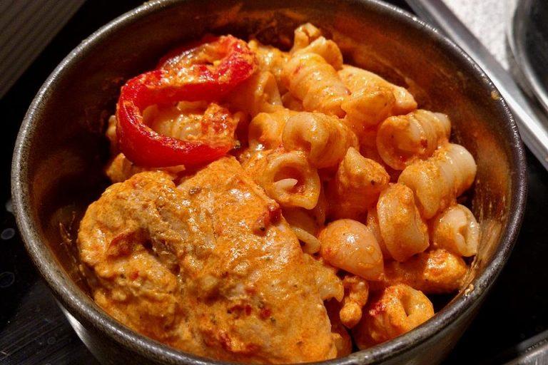 Hühnchenbrüste mit Sauerrahm - Pesto - Sauce überbacken