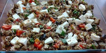 Mediterraner Auflauf mit Hackfleisch, Reis und Schafskäse