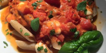 Nudeln mit getrockneten Tomaten und Mozzarella