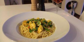 Nudeln mit Putenbrust und Gemüse in Kurkuma-Sahne Sauce