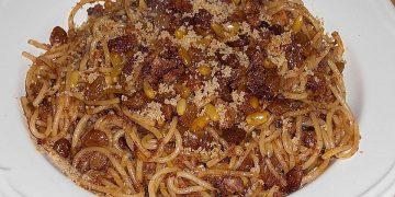 Pasta mit Sardinen und Pinienkernen in Tomaten - Rotwein - Soße
