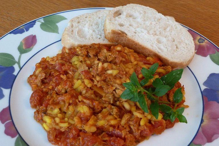 Reis mit Tomate und Thunfisch