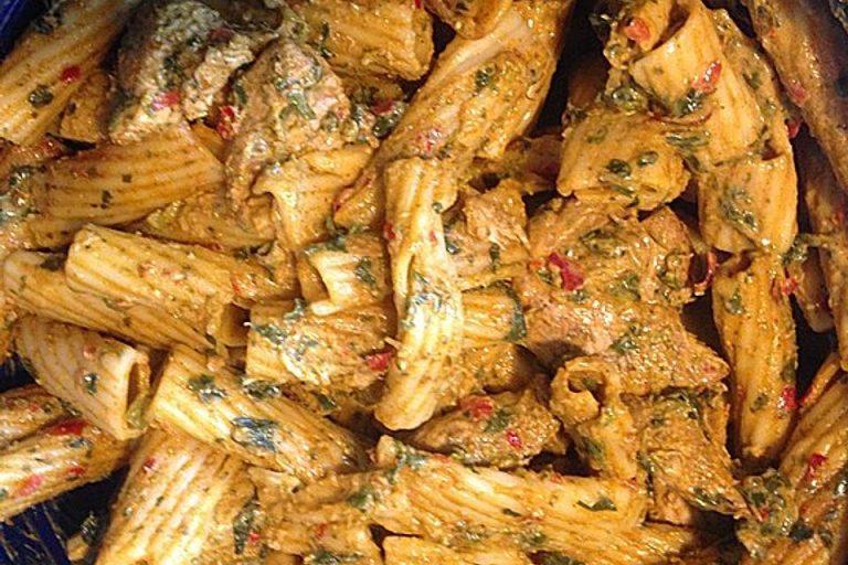 Rigatoni in scharfer Hähnchen-Spinat-Sahne Soße
