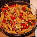 Scharfer Nudelsalat mit Tomaten