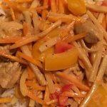 Scharfes Curryhähnchen  aus dem Wok mit Reis