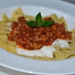 Schmetterlingsnudeln mit Hackfleisch und Joghurt