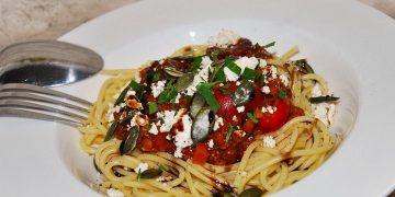 Spaghetti mit Linsen, Kirschtomaten und Feta-Käse