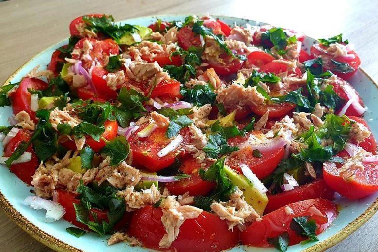Tomatensalat mit roten Zwiebeln, Koriander, Avocado und Olivenöl