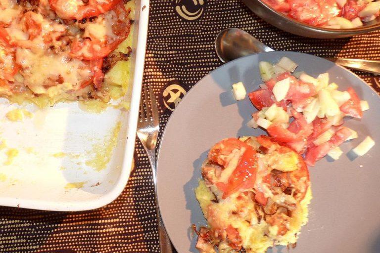 Überbackenes Kartoffel-Zucchinipüree mit Fleischkäse und Tomaten