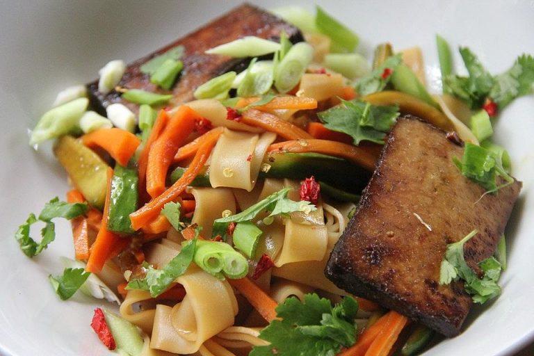 Vietnamesische Nudel-Bowl mit gebratenem Tofu